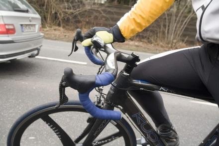 Einen Autoreifen mit der Lufpumpe für das Fahrrad aufpumpen